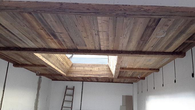 Die Balkendecke aus Altholz