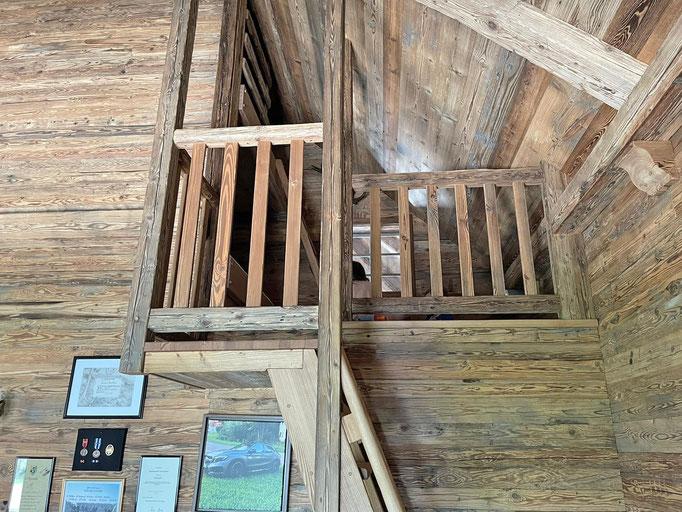 Treppenaufgang zu 4 Betten über dem Aufzugsschacht