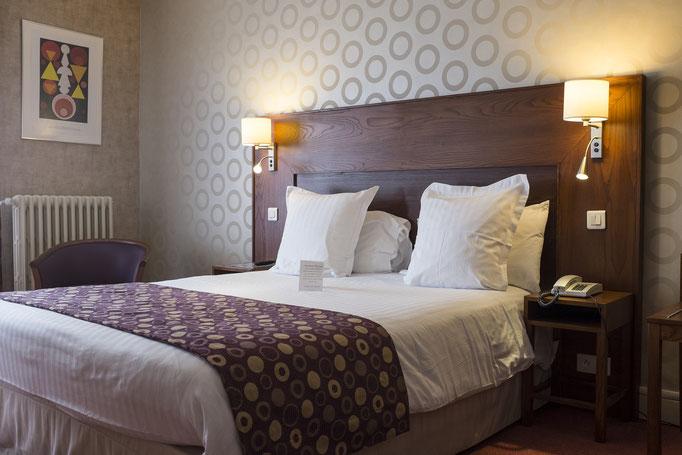 Chambre avec un grand lit double