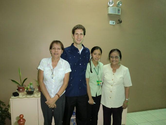 Hier sehen Sie rechts Senrose Sentillences und Dr. Basco,  die Vertrauenslehrerin und Leiterin der örtlichen Hochschule.