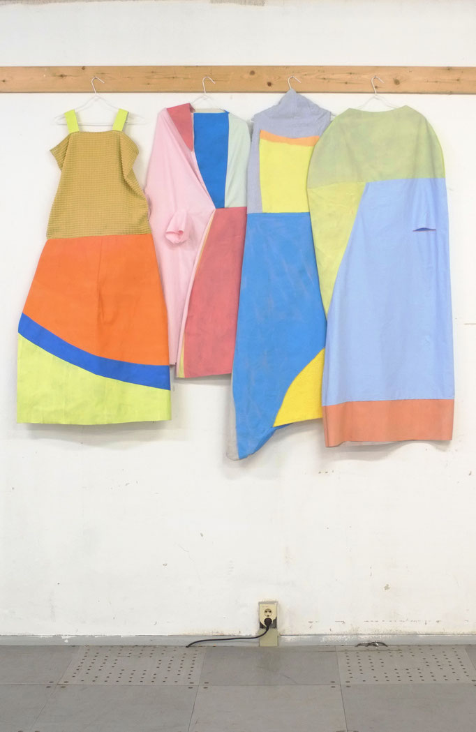 o.T. (Kleider), Acrylfarbe, Leinwand, Baumwolle, Polyester, Kleiderbügeln, Maße Variabel, 2018 (Foto: Moritz Zeller)