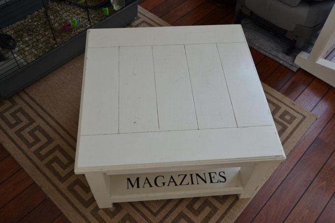 Gerestaureerde salontafel met letteropdruk