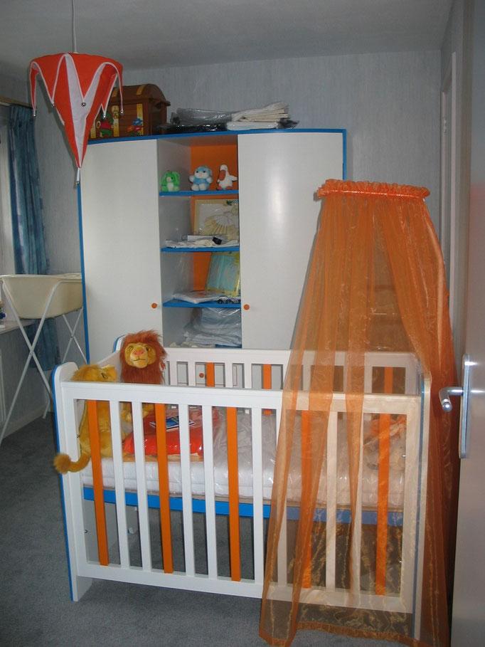 Babykamer met ledikant en kast