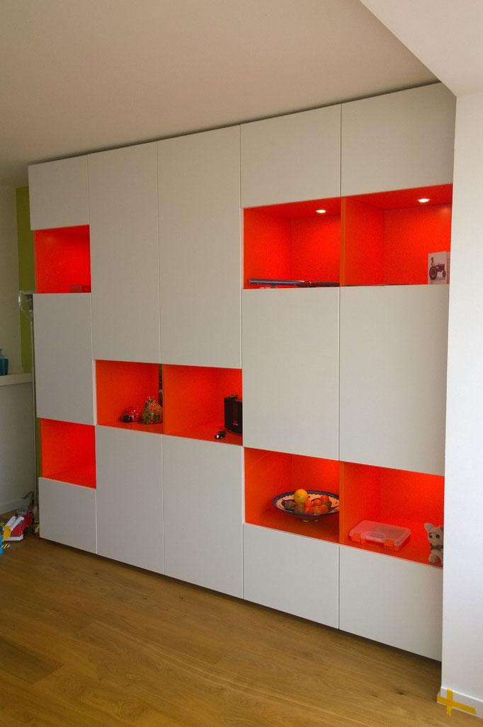 Kastwand met oranje