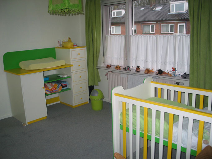 Babykamer met ledikant en commode