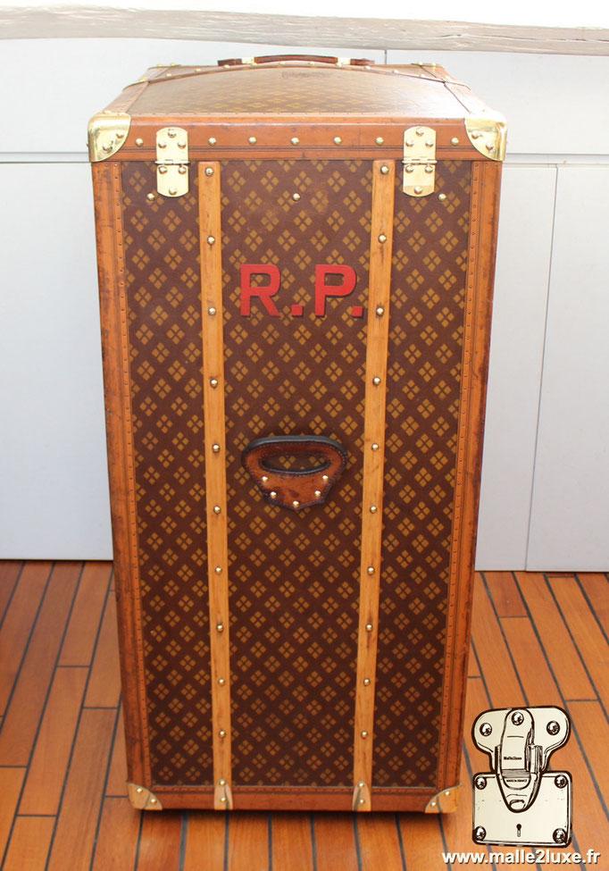 Aux Etats Unis Parisinitials on trunk R.P old French trunk