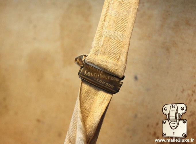 Detail boucle de Malle Louis Vuitton sangle intérieur