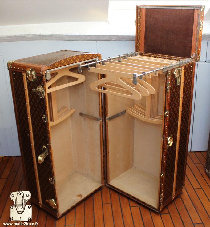 Aux Etats Unis Paris antique wardrobe trunk by malle2luxe expert in Paris