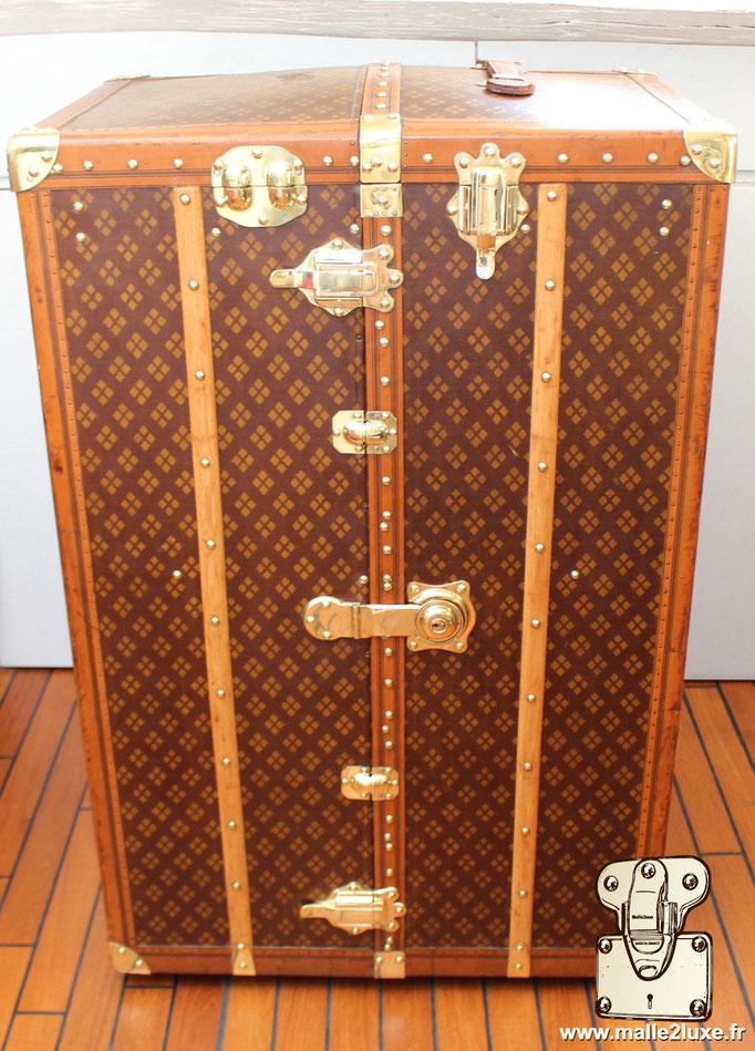 Aux Etats Unis Paris magnificent old trunk by malle2luxe expert in Paris