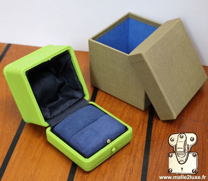 French manufacturer of custom split ring box with blue interior