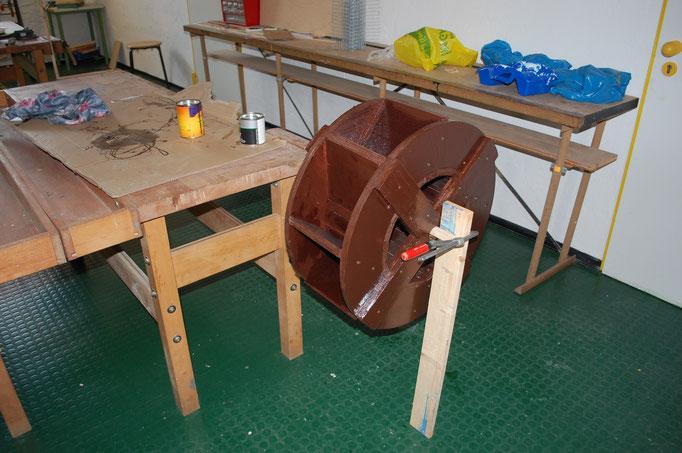Während draußen mit Erde und Stein gebaut wird, wird in unserer Schul-Werkstatt der Hammer geschwungen.