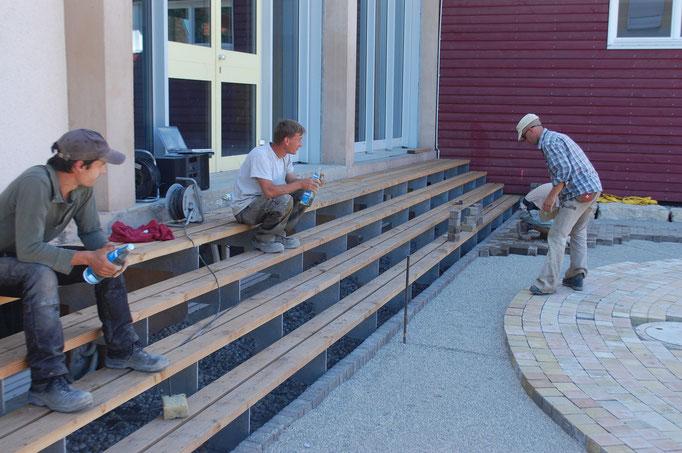Die Arbeit ist schon bald getan! Sogar die Turnhalle hat eine neue Treppe bekommen, damit wir unseren Parcours gut erreichen.