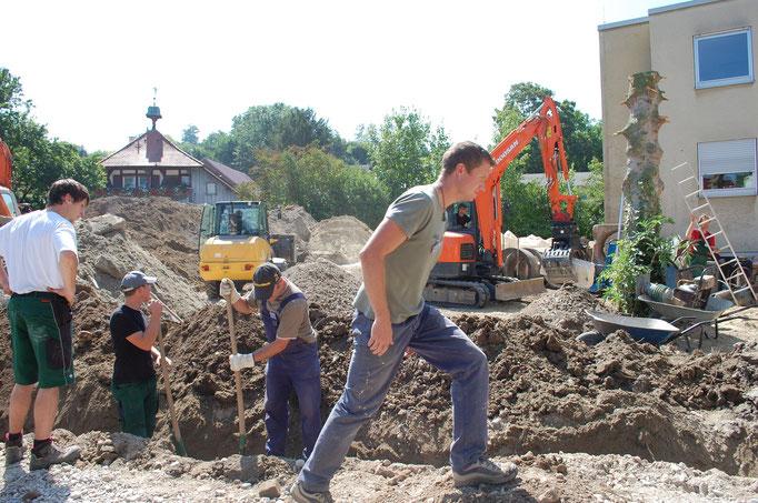 Jeder packt mit an! Fleißig wird der Boden dort ausgehoben, wo später Rohre verlegt werden sollen.