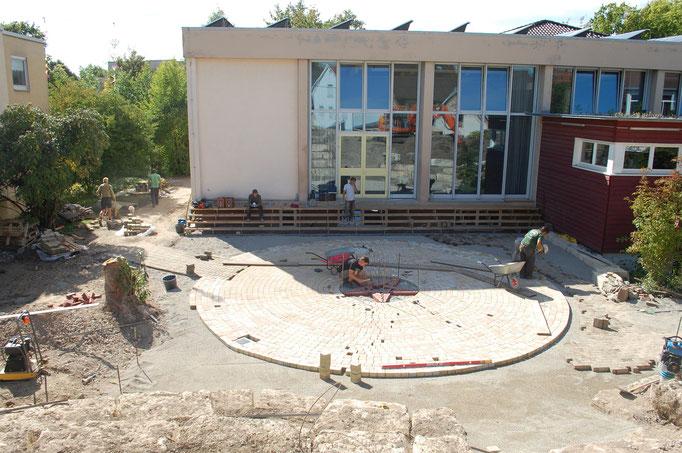 Der Platz vor der Turnhalle unter der sich unser neuer Wasserspeicher befindet wird nun noch 'aufgehübscht'!