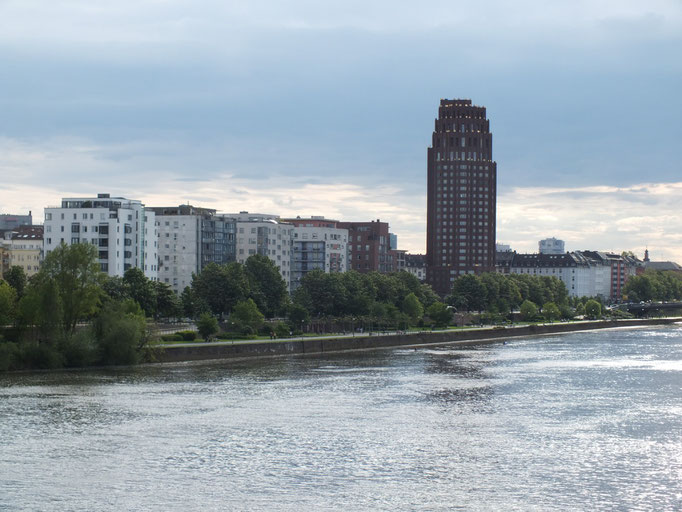 Blick von  Eisenbahnbrücke auf den Bereich des ehemaligen Schlachthofes (Deutschherrenufer)