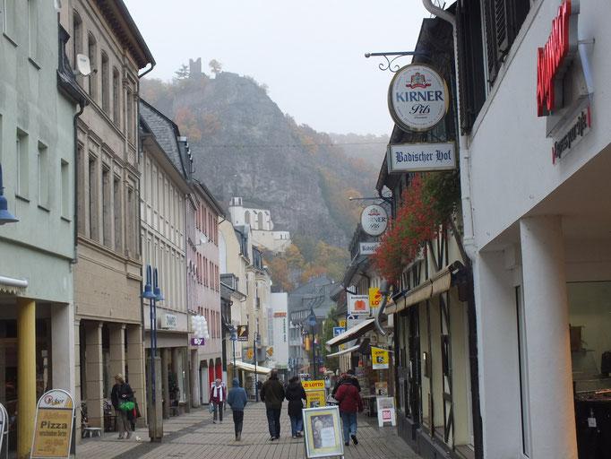 Fußgängerzone; am Steilhang hinten kann man die Felsenkirche erkennen und oberhalb davon die Burg.