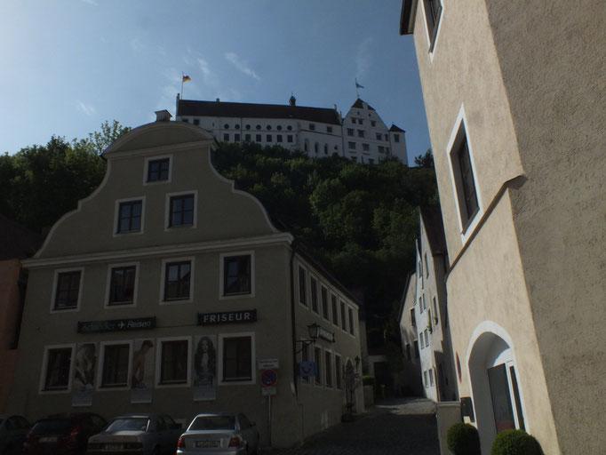 oben auf dem Berg: Burg Trausnitz