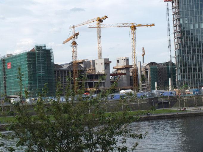 Baustelle der EZB; es ist noch die unter Denkmalschutz stehende alte Großmarkthalle zu sehen, die in den Baukörper der EZB integriert wird.