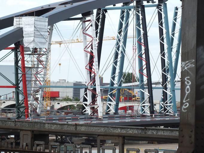 Blick von  Eisenbahnbrücke Richtung Osthafen; hier liegen Teile einer Brücke, die neu über den Main als Verbindung zur EZB errichtet werden soll