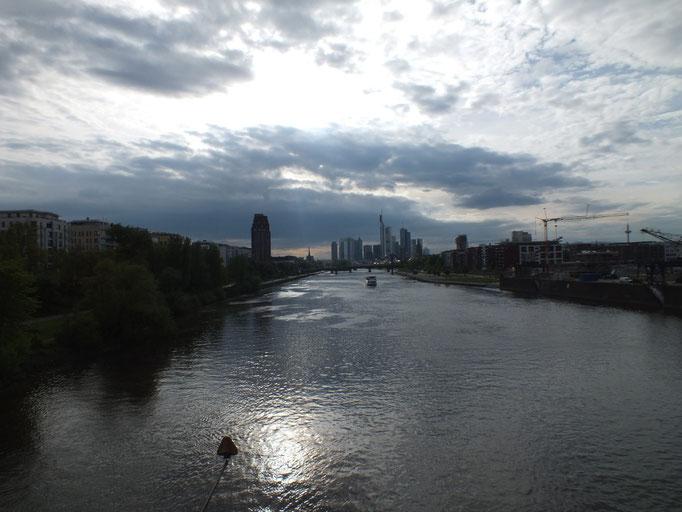 Blick von  Eisenbahnbrücke nach Westen; Gegenlichtaufnahme
