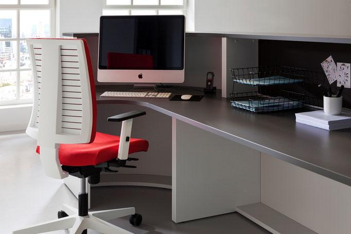 Empfang Tresen Counter Rezeption Modell VELUM Detail von innen gesehen mit Bürostuhl Navigo Nowystylgroup