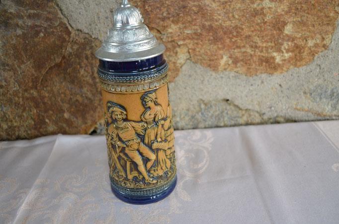 Relief Bierkrug aus Feinsteinzeug, glasiert, mit Zinndeckel. Etwa 1960er bis 1980er Jahre. Für 1/2 Liter Füllmenge. Preis: 8,00 €