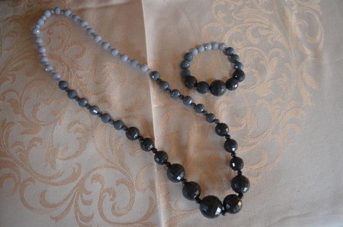 Set aus Kette und Armband aus facettierten Kunststoffperlen in grau mit Farbverlauf. Preis: 6,00 €