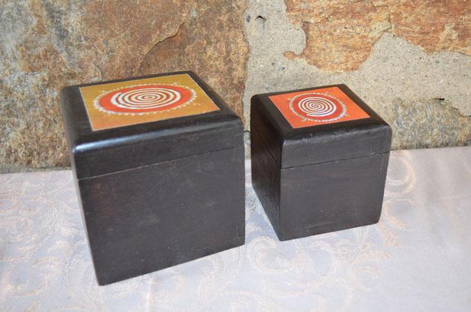 2 Holzdosen im Kolonialstil. Vermutlich ab 1990er Jahre. Maße: große Dose: 12 cm Gesamthöhe, 12 cm breit und 12 cm tief. kleine Dose: 9,5 cm hoch, 9 cm breit und 9 cm tief. Preis: 10,00 €