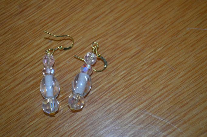 Modeschmuck Ohrhänger aus Glasperlen. Leicht rose, in Regenbogenfarben. Handarbeit und Design by Zeitzeugen-Manufactur. Preis: 3,90 €