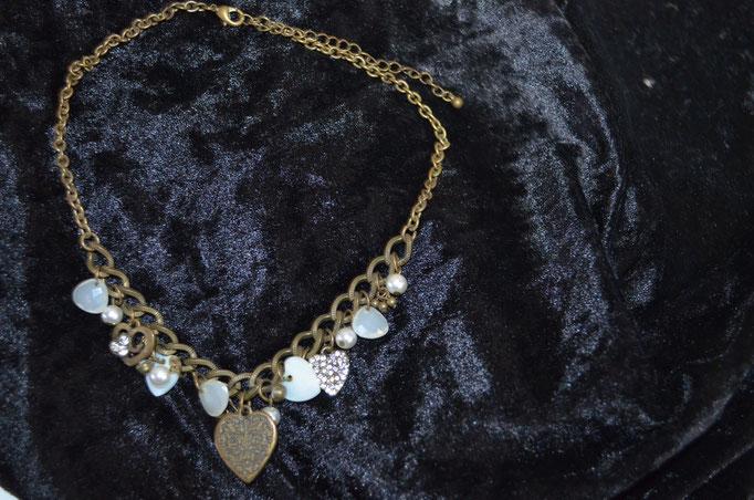 Modeschmuck Glederkette, bronzefarbig mit vielen Anhängern aus Muscheln, Metall, Kunststoff und Strass. Preis: 4,00 €