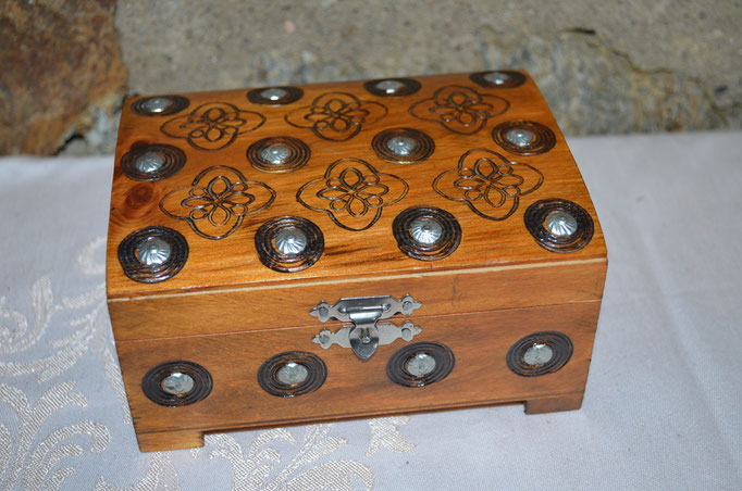 Kleine Schmuckschatulle aus Holz mit Branding und Nieten. Herstellungsland: Polen. Preis: 12,00 €