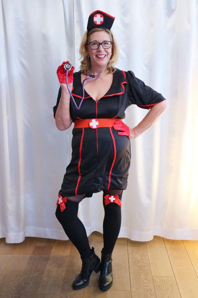 Wie wäre es mal als sexy Nachtschwester? Allerdings ist der Ausschnitt schon ziemlich tief! Damit man die tollen Strümpfe sieht, musste ich das Kleid etwas kürzen. Handschuhe und Strümpfe gehören aber nicht zum Kostüm.