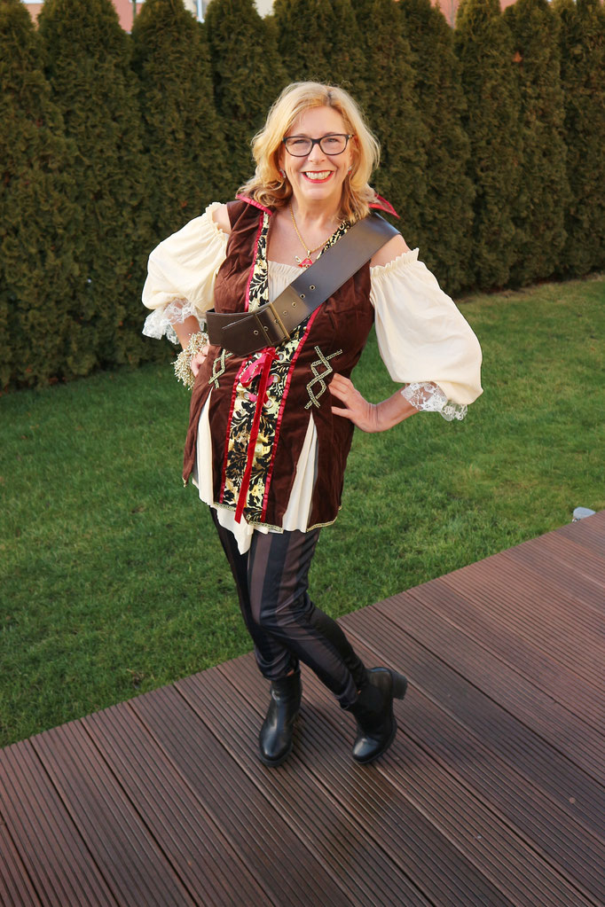 Praktisch für wilde Tänze ist die Miss Piratenkapitän, eines der wenigen Kostüme mit Hose.  Oberteil, Umhängegürtel und Kopftuch komplettieren den Piraten-Look.