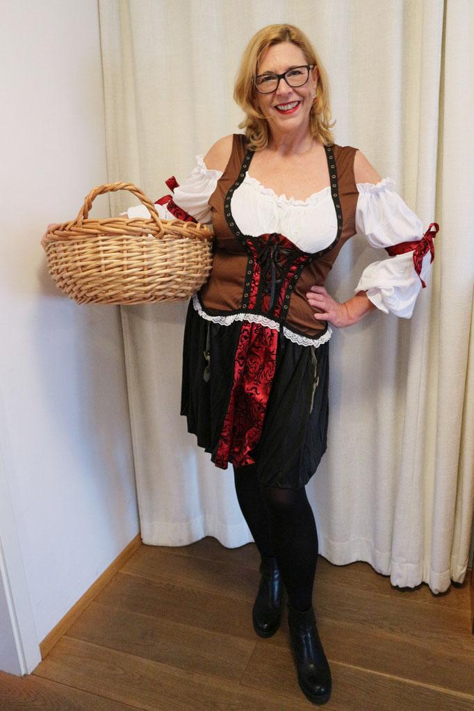 Die Korsarenbraut kann man mit Hut, Säbel und Stiefeln aufpeppen, ansonsten geht das Kostüm auch als Mittelalter-Magd durch!