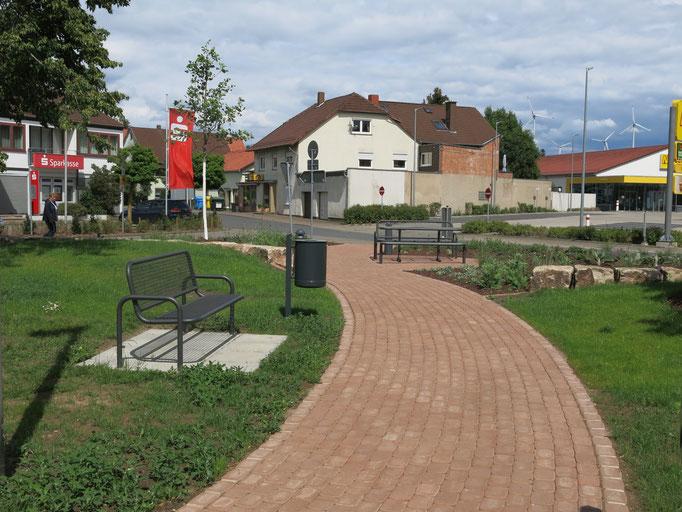Ein Fußweg führt aus Richtung Netto-Parkplatz zur Apotheke