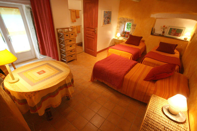 Mandarine room with 3 single beds