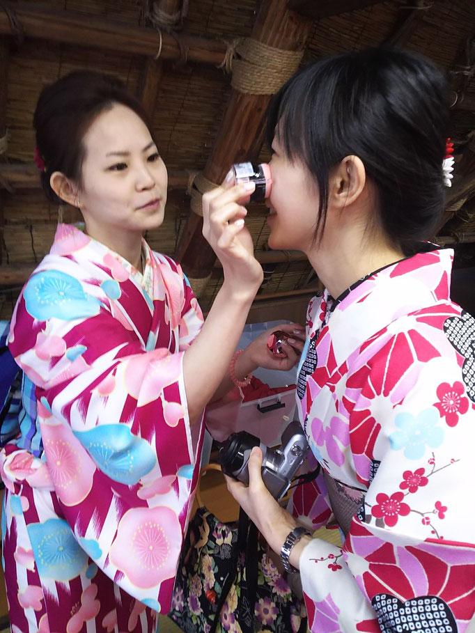鮮やかな着物で下呂温泉合掌村を散策