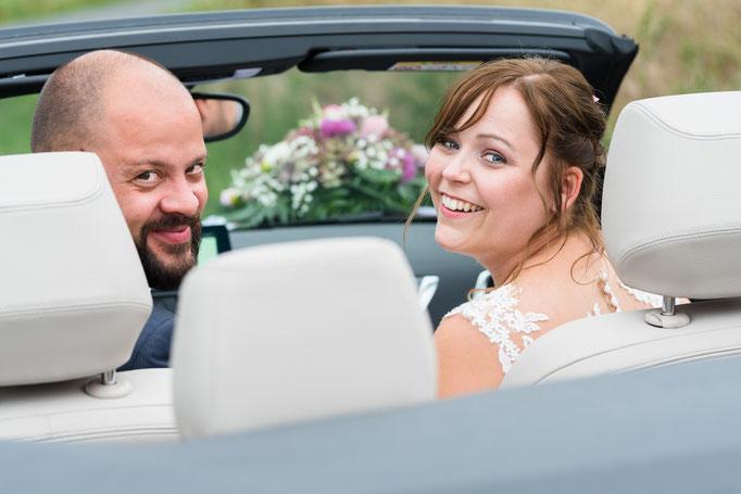 Natürliche Brautpaarfotos nach der kirchlichen Trauung