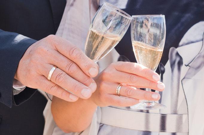 Natürliche Brautpaarfotos nach standesamtlicher Trauung in Seligenstadt