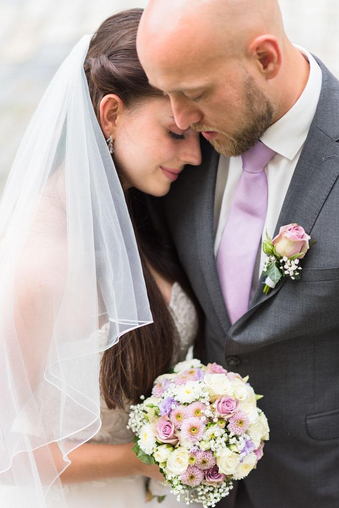 Romantische Brautpaarbilder im Hessenpark, Neu-Anspach