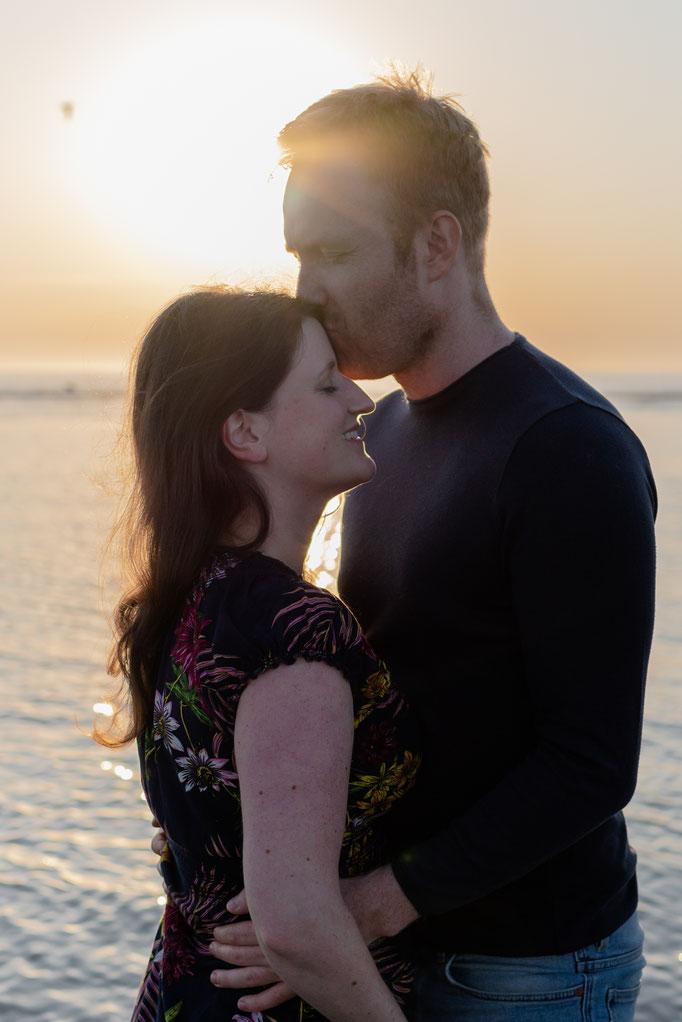 Romantische, natürliche und emotionale  Paarbilder zum Sonnenuntergang in St. Peter-Ording