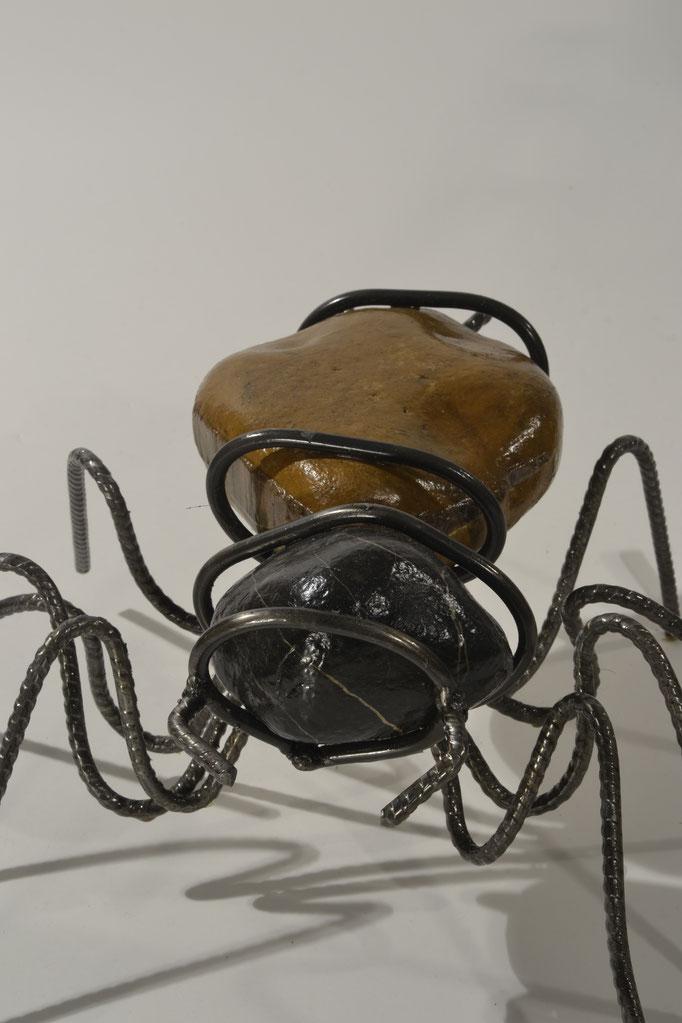 Mini araignée acier et galets vernis ©BycZyk