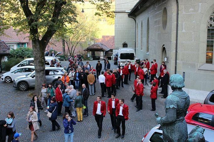 Die MFO-ler/innen empfangen die Konzertbesucher