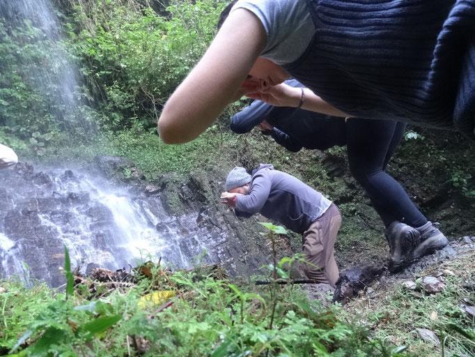 mudra de doblevisión y la ionización de la cascada / Mudra der doppelten Vision und die Ionisation des Wasserfalls
