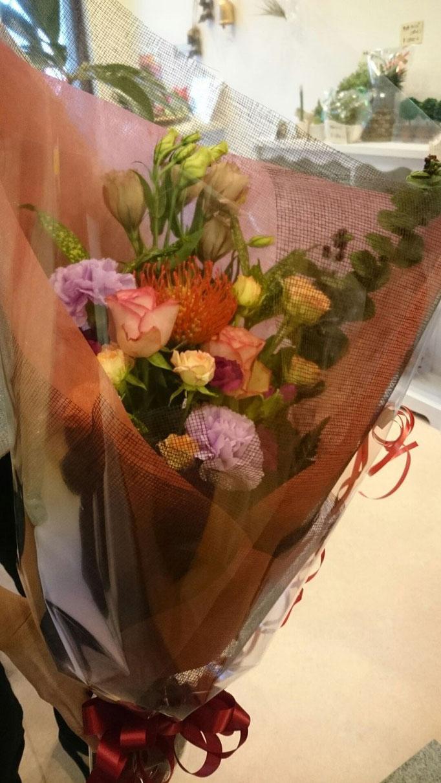 御祝いの花束(バラ、ピンクッション、シンフォリなど)