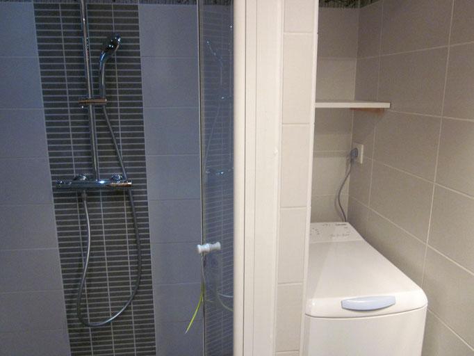 Douche à l'italienne avec placard pour la machine à laver en Savoie