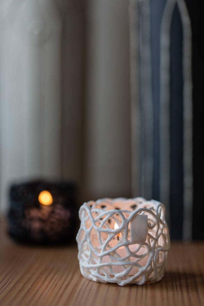 Porzellan Teelicht in weißem Bonechina. Handgefertigt ein hochwertiges Geschenk.