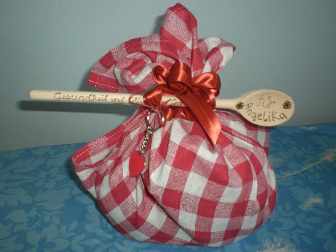 Geburtstagspaket, inkl. Holundersirup, Tee, Schlüsselanhänger u. Geschirrtuch, im Kochlöffel individ. Grußworte eingebrannt