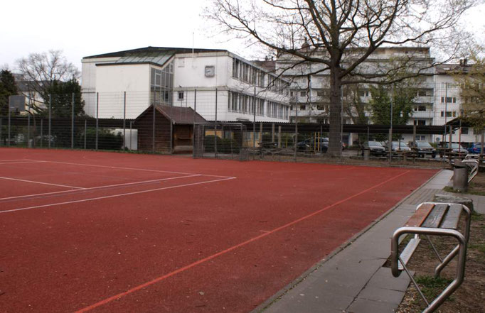 Fußball- und Basketballplatz