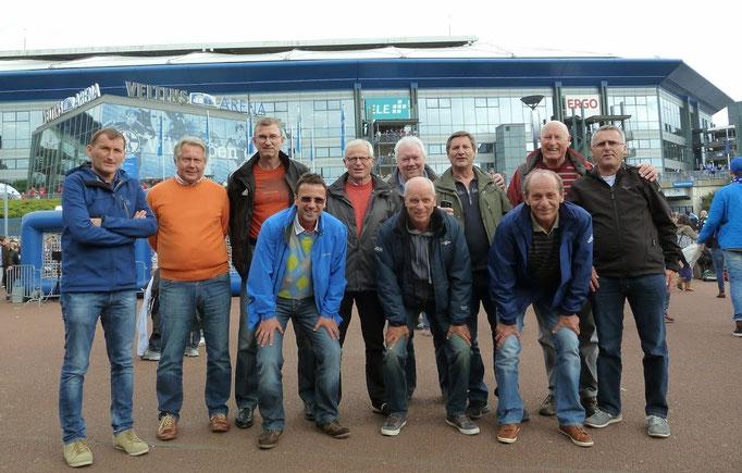 Bayern Fans (natürlich nur einige) vor der Veltins-Arena !